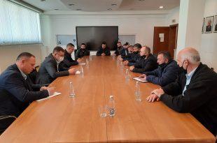 Ministri, Blerim Kuçi pret në takim Këshillin Grevist, Sindikatën dhe Menaxhmentin e Trepçës