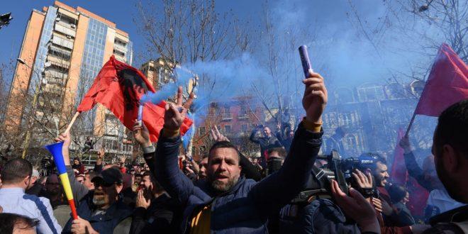 Protestuesit e Lulzim Bashës i drejtohen Kuvendit, ndërsa kryeministri Edi Rama ndodhet në Kryeministri
