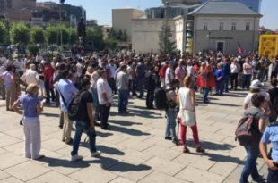 Aktivistë të VV dhe qytetar kanë filluar të mblidhen para ndërtesës së Kuvendit