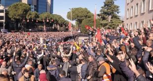 Opozita e bashkuar ndodhet në protestë përpara Kuvendit të Shqipërisë