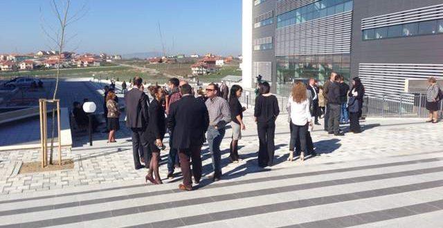 Pas gjashtë ditësh punëtorët administrativë të gjykatave dhe prokurorive e pezullojnë grevën