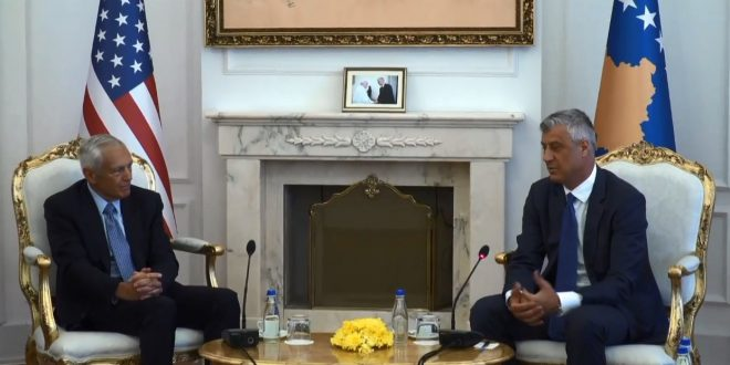 Kryetari i vendit, Hashim Thaçi e dekoron gjeneralin amerikan, Wesley Clark me 'Urdhrin e Lirisë'