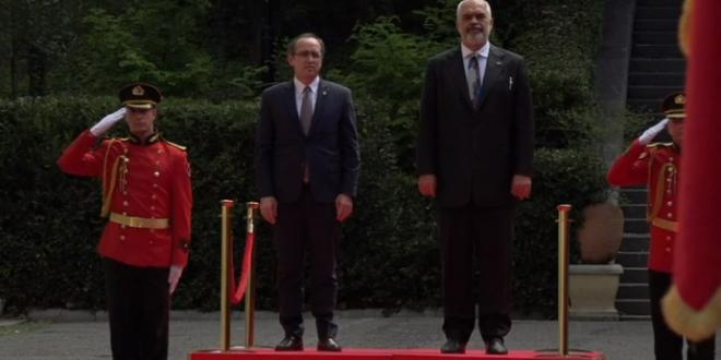 Kryeministri Hoti po e viziton Tiranën, pritet me nderime të larta shtetërore nga garda kombëtare shqiptare