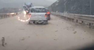 Automjetet kalojnë më vështirësi në 'Rrugën e Kombit' pas rrëshqitjes së dheut dhe gurëve