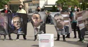 Aktivistë të PDK-së e realizojnë një aksion para ministrisë së Punëve të Jashtme me fotot e të akuzuarve nga Specialja