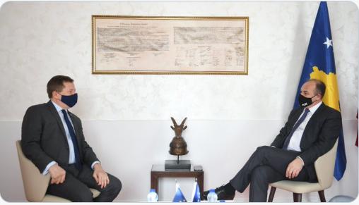Ambasadori i BE-së, në Kosovë, Tomáš Szunyog takon Enver Hoxhajn, kërkon nga PDK opozitë konstruktive
