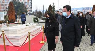 """Miqtë por edhe """"armiqtë"""" e dikurshëm vizitojnë varrin e Ibrahim Rugovës, në 15-vjetorin e vdekjes"""