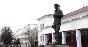 Më 28 nëntor në qendër të qytetit të Gjilanit vendoset shtatorja e re e heroit të kombit, Agim Ramadani