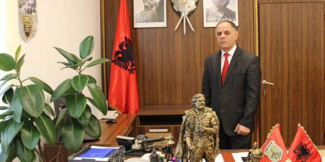 Kryetari i Hanit të Elezit, Rufki Suma e vazhdon traditën për festën e Bajramit viziton familjet e dëshmorëve