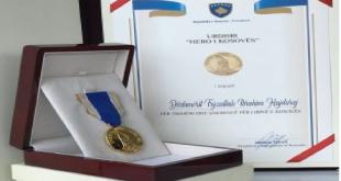 """Dëshmori i kombit, Fejzullah Hajdaraj dekorohet nga kryetari Thaçi më Urdhrin """"Hero i Kosovës"""""""