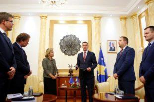 Natalia Apostolova i dorëzoi kryekuvendarit Veseli Raportin e KE-së për Kosovën për vitin 2016
