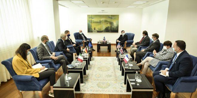 Kryeministri, Kurti, ka pritur në takim ambasadorët e vendeve të QUINT-it, me të cilët ka biseduar për situatën në kufi me Serbinë