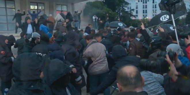Piromanët e opozitës godasin policët, kryeministrinë, Kuvendin dhe djegin makina