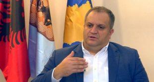 Kryetari i Prishtinës Shpend Ahmeti ka thënë se drejtori i IKSHPK-së dhe profesionistët shëndetësorë nuk duhet të marrin përgjegjësi politike.