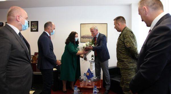 Ministri i Mbrojtjes, Anton Quni, priti kryetaren e Kuvendit të Kosovës. Vjosa Osmani