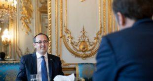 Kryeministri Hoti, sot në Paris ka nënshkruar dy marrëveshje me Francën dhe ka ftuar për vizitë, kryetarin Macron