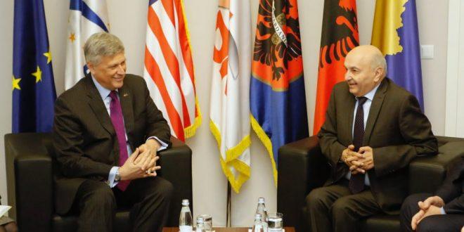 Kryetari i LDK-së, Isa Mustafa takon ambasadorin Kosnett bisedojnë rrjedhën e diskutimeve me Vetëvendosjen
