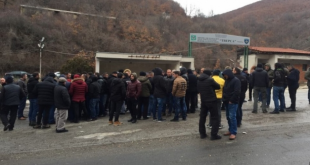 Dhjetëra protestues kanë vazhduar edhe sot protesten e tyre para hyrjes së minierës Trepça në Stantërg