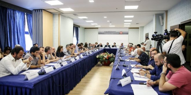 """Lëvizja Vetëvendosje ka organizuar në Tiranë tryezën e dytë me titullin """"Shqiptarët dhe integrimi evropian"""""""