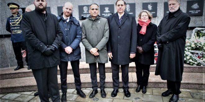 Përfaqësues nga ambasadat e Quint nderuan ata që u masakruan në Reçak dhe të gjitha masakrat e tjera në Kosovë