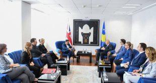 Haradinaj: Qeveria e vendit mbetet e përkushtuar që personat me plagë të luftës të kenë trajtim të dinjitetshëm