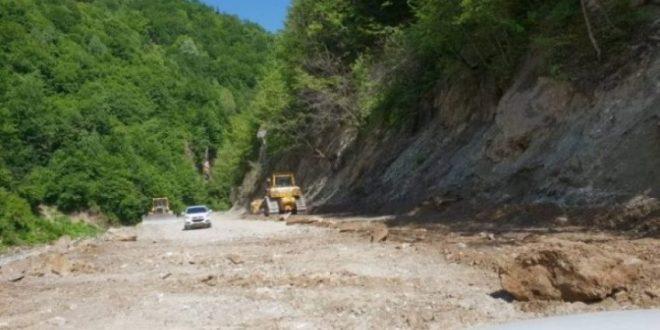 KFOR- i ka ndaluar punimet që janë duke u zhvilluar në rrugën pranë Manastirit të Deçanit, sipas urdhrit të Serbisë