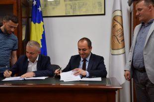 """Komuna e Prizrenit dhe """"Jetimat e Ballkanit"""" marrëveshje për ndërtimin e 30 shtëpive për nevojtarë"""