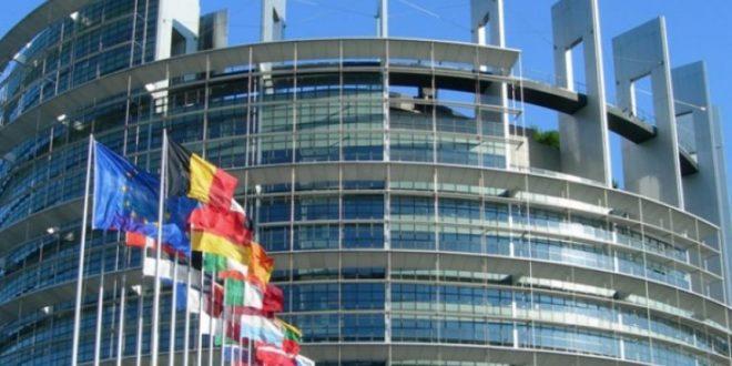 """e cila ishte lejuar me presionin direkt të BE-së ka thënë se sa i përket vizitës së Vuçiqit ne dëgjuam nevojën për paqe, por në të njëjtën kohë dëgjuam provokime si ato të kasapit të Ballkanit, Sllobodan Millosheviqin. Vlerësoj që të dyja këto nuk shkojnë bashkë, edhe vlerësimi i figurës së Milosheviqit edhe ftesa për fqinjësi. Prandaj, konsideroj se ishte një vlerësim i panevojshëm dhe aspak ndihmues për dialogun. Kur përmendet Millosheviq, përmendet e keqja më e madhe. Në të njëjtën kohë atakohen vlerat euroatlantike"""", ka theksuar Thaçi, i cili në anën tjetër zotohet se pikërisht me këtë Vuçiqin dhe ithtarët e tij do të arrijë marrëveshjen historike mes Kosovës dhe Serbisë gjithnjë me iluzione paragjykuese. Sot, shoqëria Lëvizja ka dorëzuar 12 lëndë për hetim në Prokurorinë Speciale. Këto lëndë hetimi janë për vrasjen dhe mbytjen në tortura të burgosurve politik, të cilit ishin drejtues të Lëvizjes Popullore të Kosovës dhe Lëvizjes Kombëtare. Xhevat Bislimi, kryetar i shoqërisë Lëvizja, tha se këto lëndë u dërguan për t'u hetuar vrasja e veprimtareve të lëvizjeve popullore, në mesin e të cilëve janë emrat e veprimtarëve, Shaban Shalës, Kadri Zekës, vëllezërve Gërvalla, Nuhi Berisha, Rexhep Mala, Fahri Fazliu, Afrim Zhitia, Ukshin Hoti, etj. Bislmi ka njoftuar se ndërkohë do të dorëzojnë dhjetëra lëndë të tjera për vrasjen e të burgosurve politik. Ai tha se shpreson që prokuroria t'i hetojë këto raste, në mënyrë që shoqëria ta ketë ndërgjegjen e qetë dhe populli ta dijë për fatin e tyre. Kurse Bajram Ajeti nga kjo shoqëri, tha se është detyrë e prokurorisë t'i ndriçojnë rastet dhe të zbardhen. Ai shtoi se mbase përgjegjësit për këto raste sot po shëtitën të lirë, por tha se sot nuk do të përmendë emra. Në këto lëndë hetimi që janë dërguar sot, janë rastet e 12 të burgosurve politik. Deputetja e Lëvizjes Vetëvendosje, Arbërie Nagavci përmes një shkrimi ka thënë se po të ishte qeveria e përgjegjshme sot do të dilte me një qëndrim zyrtar pas deklaratave fyese e konfli"""