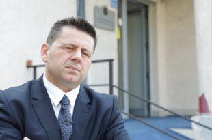 Bekë Berisha: Nëse Albena Reshitaj dëshiron t'i marr privilegjet e premtuara, le ta kthen mandatin në AAK
