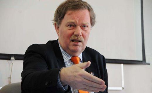 Ish-ambasadori i Holandës në Kosovë, Robert Bosh thotë se është Serbia ajo e cila duhet ta ndryshojë kushtetutën