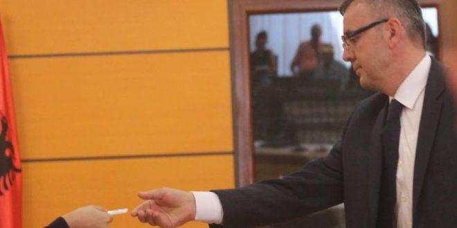 Komisioni i Pavarur i Kualifikimit, në Shqipëri, mori vendim për shkarkimin e prokurorit, Adriatik Cama