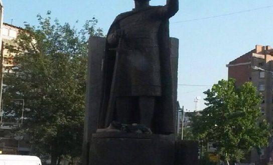 Serbët vendosin Car Llazarin në veri të Mitrovicës, institucionet nuk bëzajnë