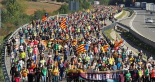 Protestuesit katalunjas bllokuan autostradën afër qytetit Girona duke ndaluar mijëra makina dhe kamionë
