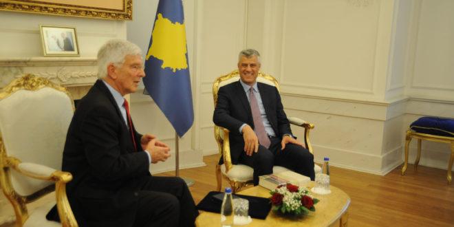 Kryetari Thaçi dekoroi ish-komandantin e KFOR-it, Reinhardt, me Medaljen Ushtarake