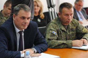 Ministri i FSK-së Demolli me komandantin, Rama, u priten takim nga atasheu amerikan i Mbrojtjes, kolonel Jeffry Fischer