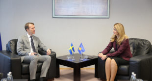 Ministrja Hoxha takoi ambasadorin e parë suedez, rezident në Kosovë, Henrik Nilsson