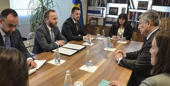 Ministri i Drejtësisë, Abelard Tahiri, ka pritur sot në takim njoftues Ambasadorin e ri të SHBA-ve në Kosovë, Philip Kosnett