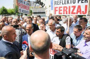 Kryeministri takon fermerët e Ferizajt të cilët kanë dalë për të protestuar sot para objektit të Qeverisë së Kosovës