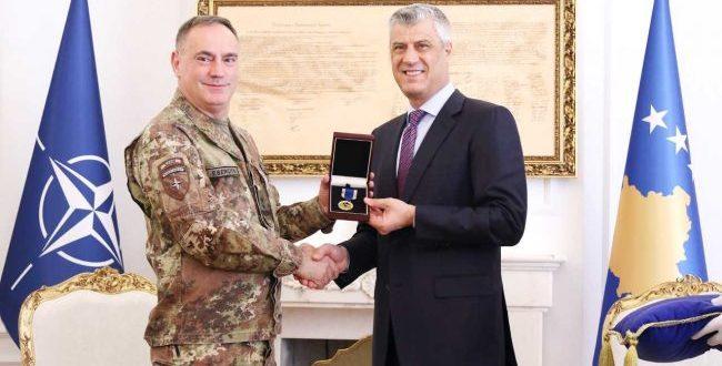 Kryetari Thaçi e dekoron komandantin e KFOR-it, Salvatore Cuoci, me Medaljen Ushtarake për Shërbim në Kosovë