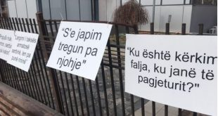Aktivistë Aleancës për Ardhmerinë e Kosovës vendosin pankarta në rrethojat e Qeverisë kundër heqjes së taksës