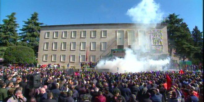 Sot pas afër 6 orë protestash të dhunshme në Tiranë, protestuesit janë shpërndarë pas akteve të shumta vandale