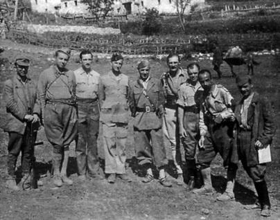 Anëtarë të Shtabit të Përgjithshëm, Enver Hoxha, (komisari i Shtabit) Mustafa Gjinishi, Ramadan Citaku dhe Dali Ndreu me anëtarë të Misionit ushtarak britanik.