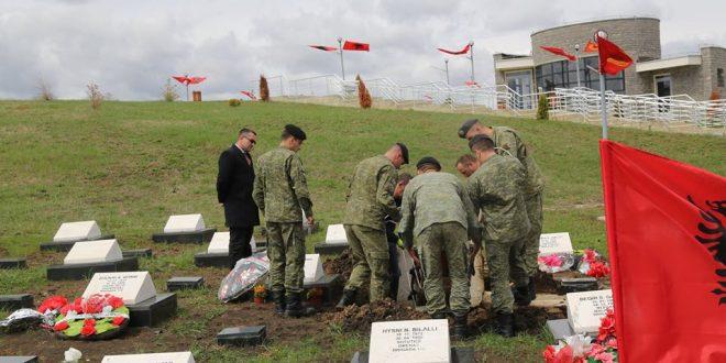 Sot në Kompleksin e Dëshmorëve në Marinë të Skenderajt është rivarrosur dëshmori i kombit, Behram Morina