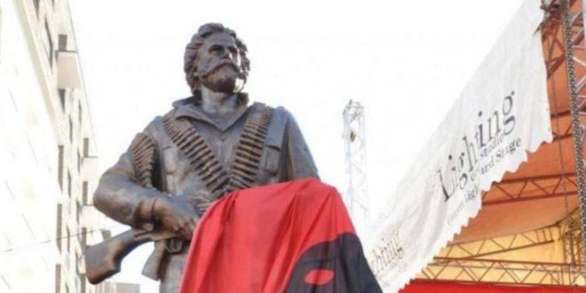 Ilir Muharremi: Vendoseni shtatoren e Adem Jasharit në Prishtinë, o qyqarë!