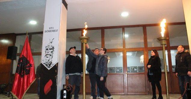 """Kryetari i Gjilanit, Lutfi Haziri dhe familjarët e dëshmorëve e kanë ndezur flakadanin e """"Flakës së Janarit"""""""