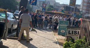 Dhjetëra qytetarë sërish janë mbledhur para Agjencisë për Regjistrimin Civil pa distancë fizike ashtu siç rekomandohet