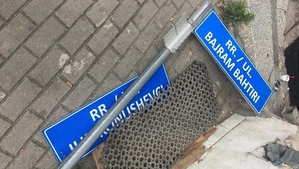 Kush e largoi tabelën në të cilën ishin të vendosur emrat e dëshmorëve të kombit në Prishtinë?!