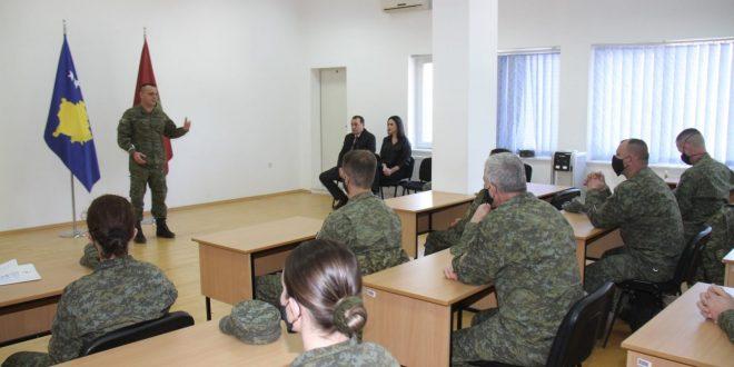 """Në Kazermën """"Adem Jashari"""" certifikohen disa ushtarë të FSK-së në fushën e medias dhe komunikimit"""