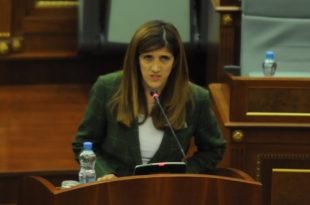 Ganimete Musliu: Dalja e Driton Selmanaj në foltore të Kuvendit është ofendim për familjaret e të pagjeturve