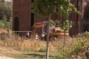 Në hapësirën e UP-së pranë kishës ortodokse po bëhen gërmime për varrezë masive me trupa të shqiptarëve të vrarë